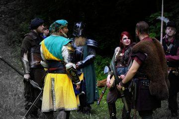 Kleine Besprechung von LARP-Kriegern am Waldrand.